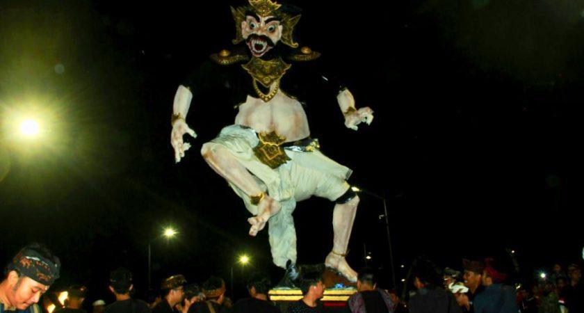 Peringati Nyepi, Warga Surabaya Antusias Ramaikan Pawai Ogoh-Ogoh