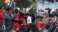Pembakaran Naskah UU Cipta Kerja di Hadapan Massa Aksi